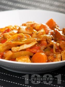 Яхния от пиле, бамя, червени чушки, праз лук, чесън и домати от консерва в тенджера - снимка на рецептата